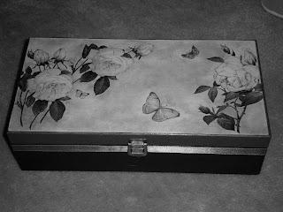 Szkatułka, skrzynka ozdobiona decoupage. Brązowa z motywem róż.