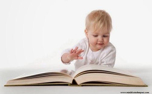 Bébé mimi qui lit un livre