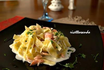 http://www.ricettosando.it/2013/01/tagliolini-al-salmone.html?spref=bl