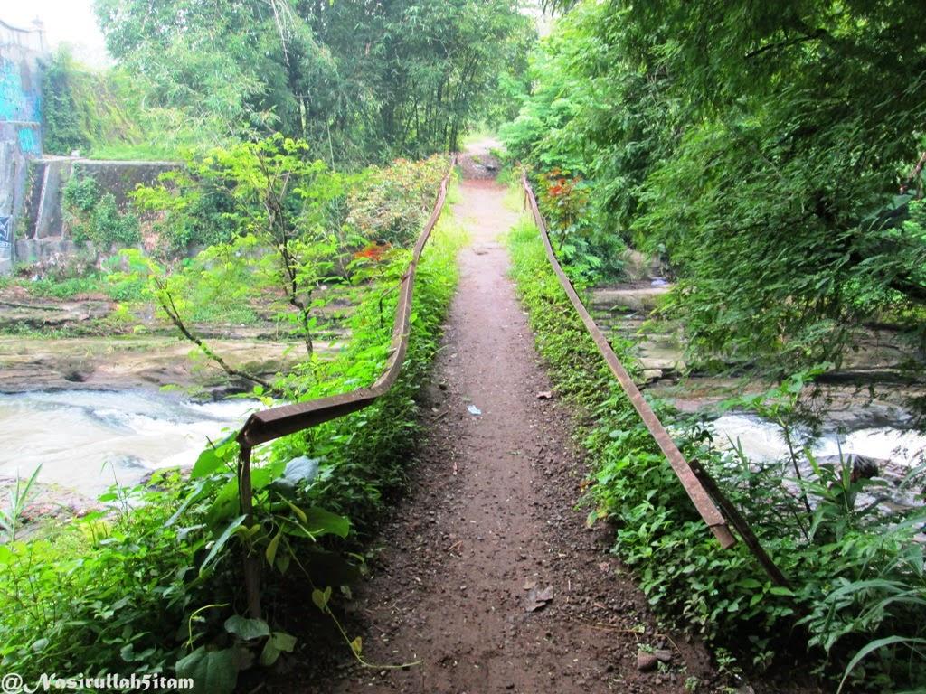 Jembatan kecil diatas aliran sungai
