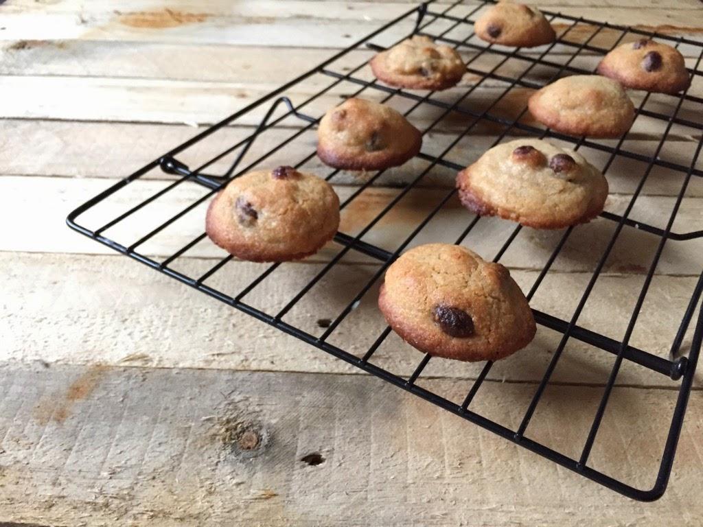 Cookies de conguitos enfriando en una rejilla.