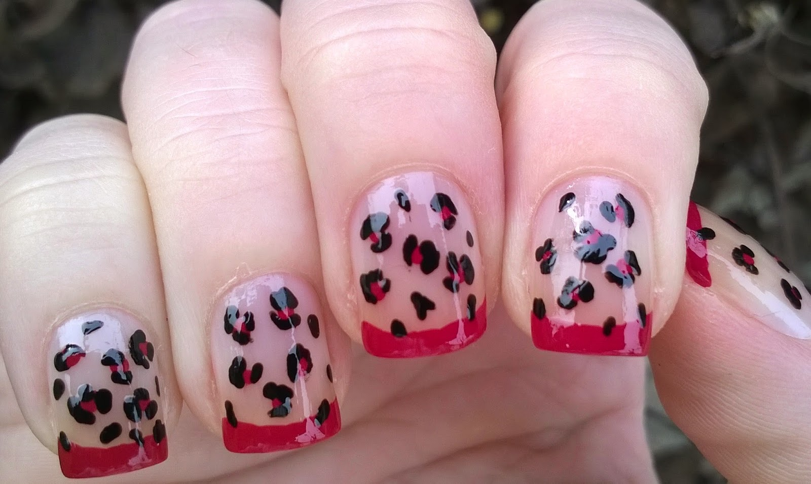 Life World Women: Black and pink leopard nail art
