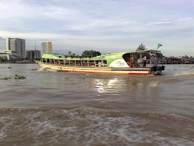 เรือด่วนพิเศษธงเขียว กำลังแล่นท่ามกลางสายน้ำปริมาณเยอะ