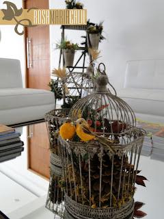 sofá branco, escada, trigo, festão, passarinhos, gaiolas, nesa centro espelhada, pinha, natal