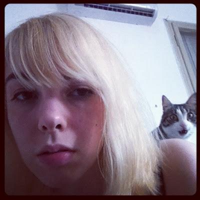 la rubia y el gato metiche