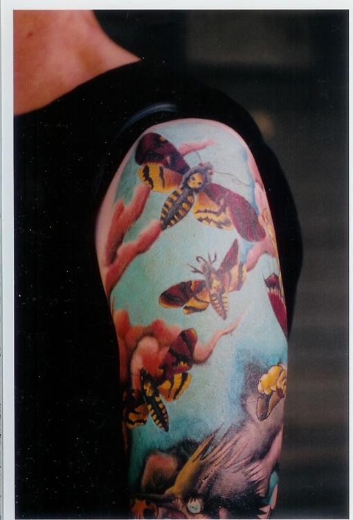 Tatuagem feminina no braço insetos com asas