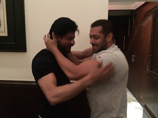 Salman Khan at Shah Rukh Khan residence to Celebrate his Birthday!