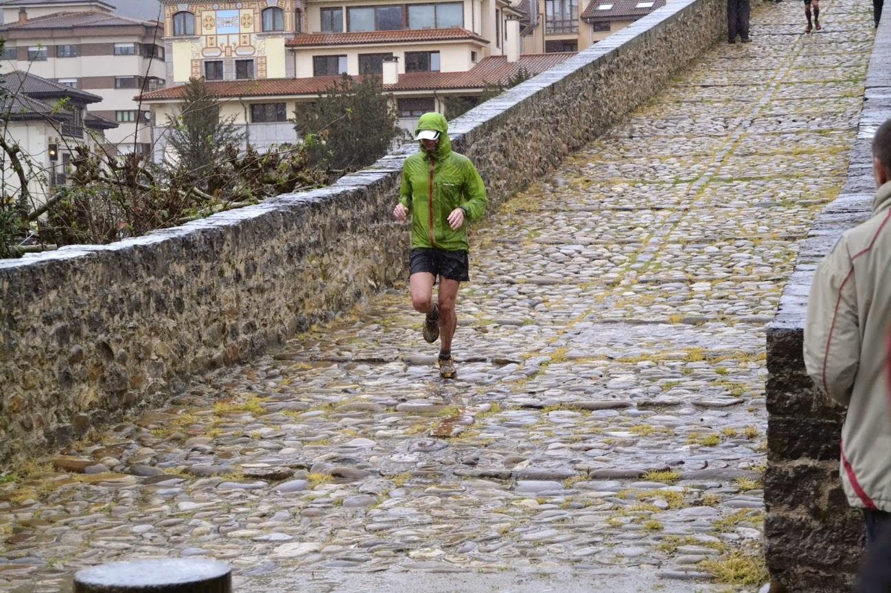 Un corredor atraviesa el puente romano de Cangas en la edición 2014. /RAFA REMIS