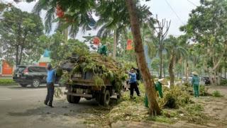 Hình ảnh 03 thanh tra giao thông giúp nhân viên Công ty môi trường thu dọn tại đường Hàm Nghi, quận Nam Từ Liêm, Hà Nội