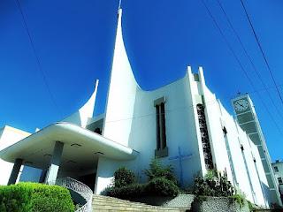 Igreja Matriz de São Marcos construída em estilo moderno.