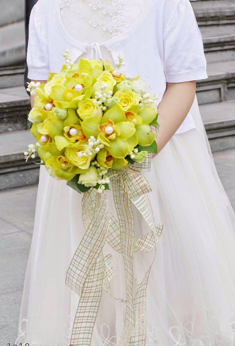 Hoa cưới cầm tay kết bằng hoa lan sáng màu