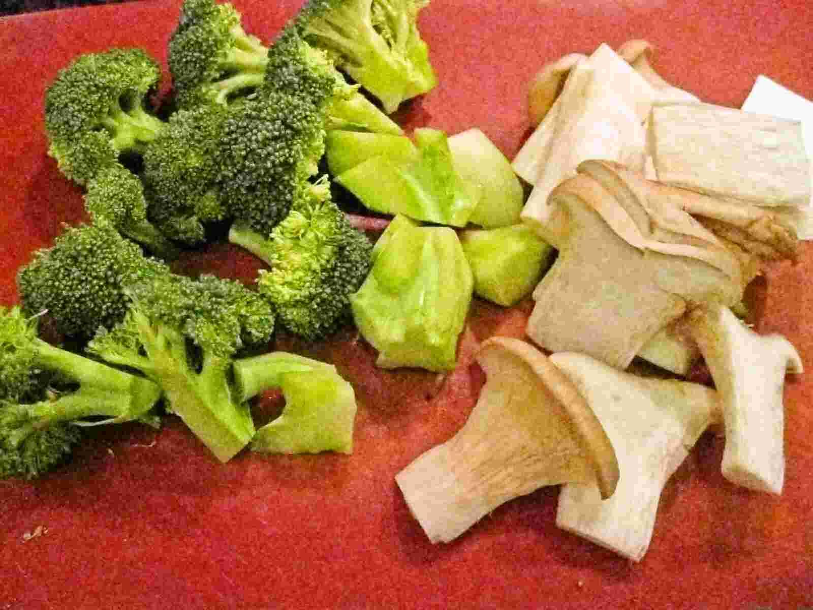 ... no sotee sarada / sauteed king oyster mushrooms and broccoli salad