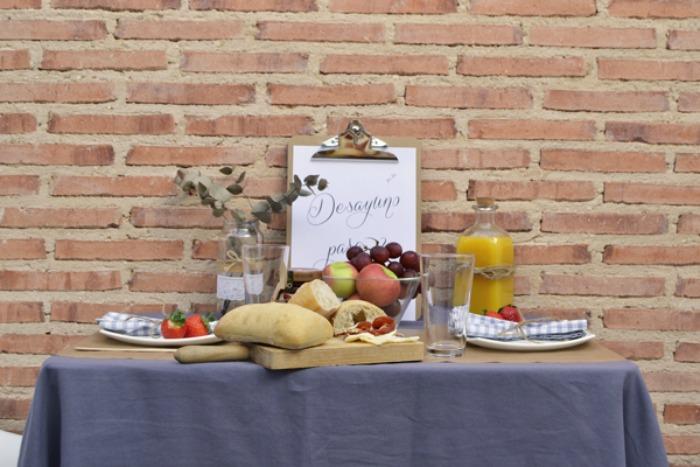 desayuno romántico en la terraza. Fruta, pan, mermeladas, mensajes
