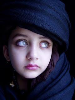 طفلة أفغانية صاحبة أجمل عيون في العالم