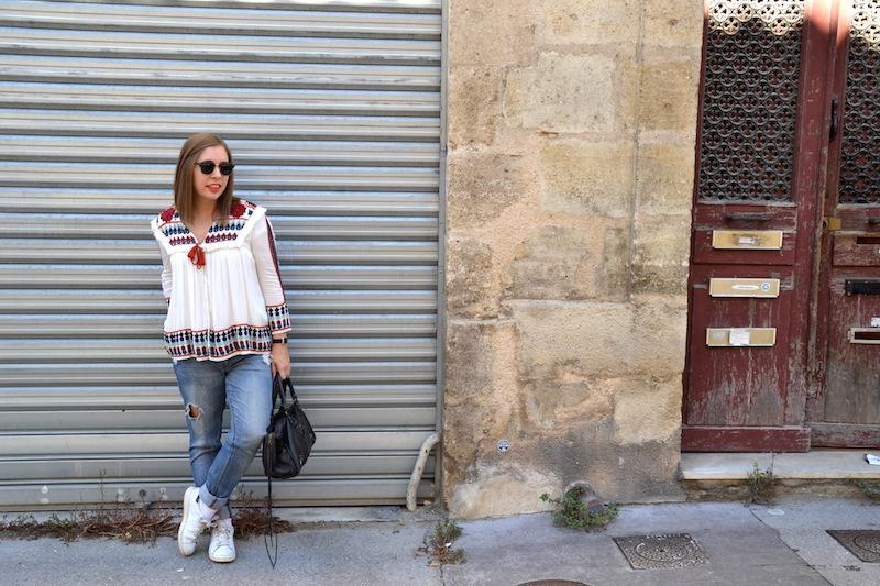 jean boyfriend jennyfer, veste brodée Zara, Stan Smith, sac Balenciaga et t-shirt en V blanc H&M