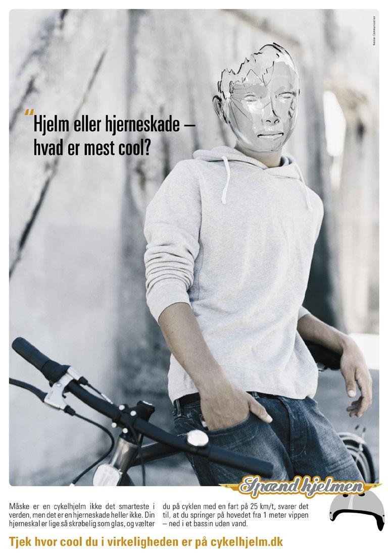 Reklame plakat for manipulerende skræk-kampagne for cykelhjelm - Hjem eller hjerneskade - hvad er mest cool?
