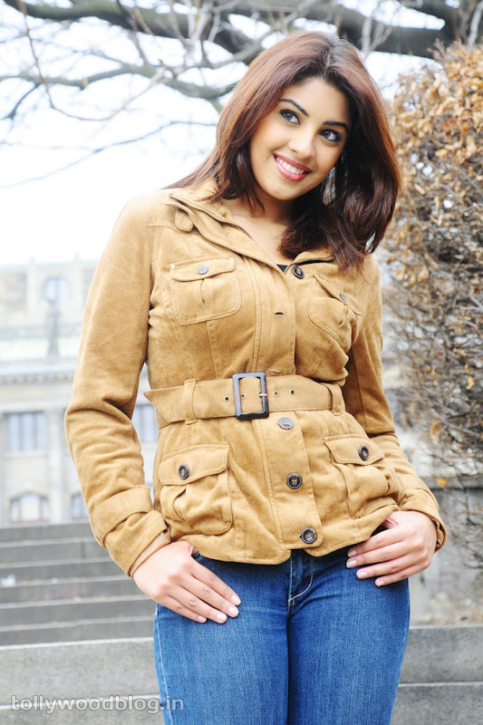 Richa Gangopadhyay Hot Photos in Jeans cleavage