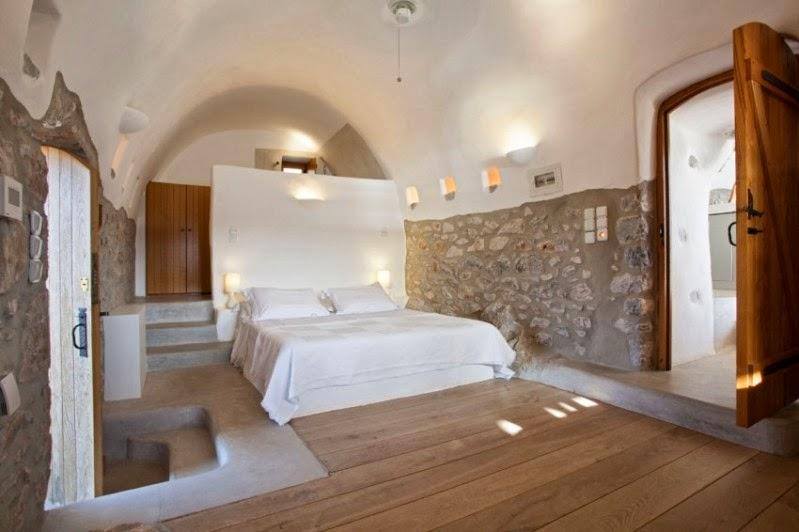 dormitorio con paredes de piedra encaladas