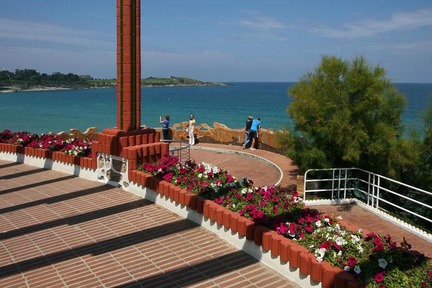 Foto de um lugar à beira-mar concebido para observar a paisagem