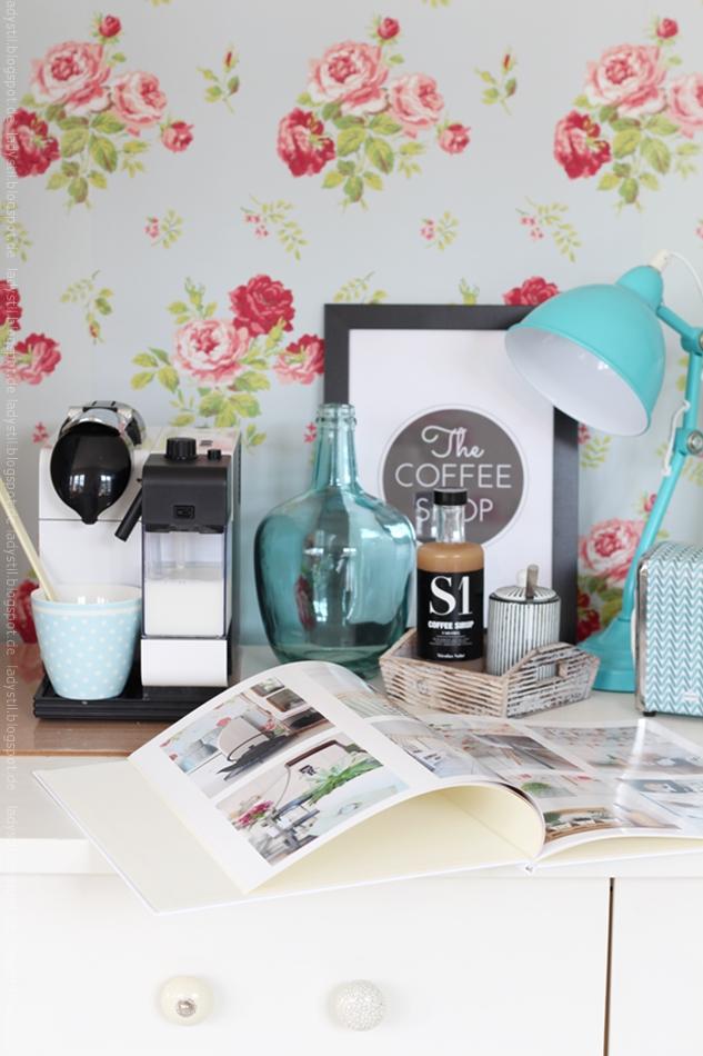 Blick in die KAffeeecke der Küche mit Fotobuch und Nicolas Vahe Sirup