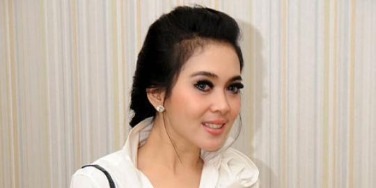 Syahrini Kenalkan Gaun Cinta Tapi Gengsi