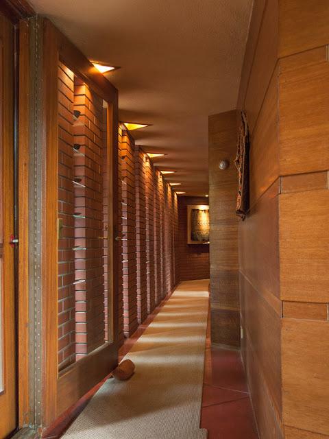 iluminação indireta em corredor