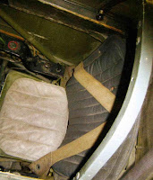 Сиденье пилота с привязными ремнями.