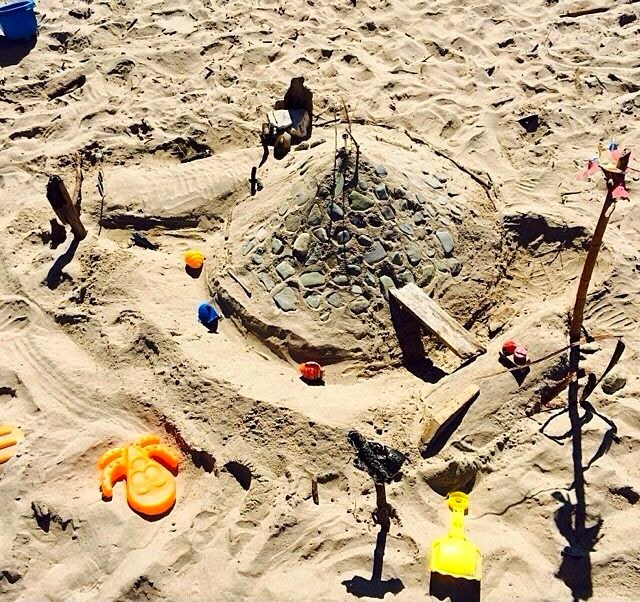 Gisele Bundchen building a sand castle with family in Costa Rica and shares the result into Instagram