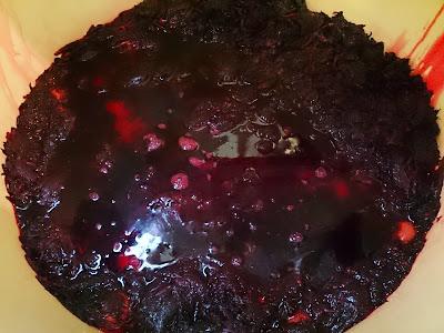梅干し作り 赤紫蘇入れ
