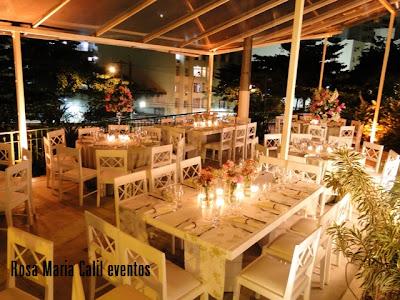 arranjo floral rosa, vela, caminho de mesa, decoração