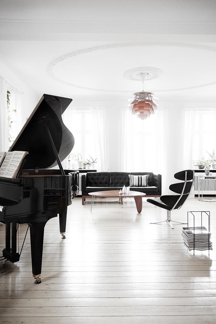 Interiorismo Estilo escandinavo moderno blanco con piezas de diseño famosas