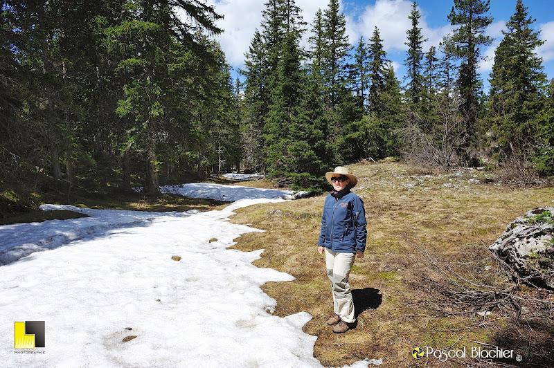 valérie blachier sur le sentier encore enneiger qui mène au Grand Veymont photo pascal blachier