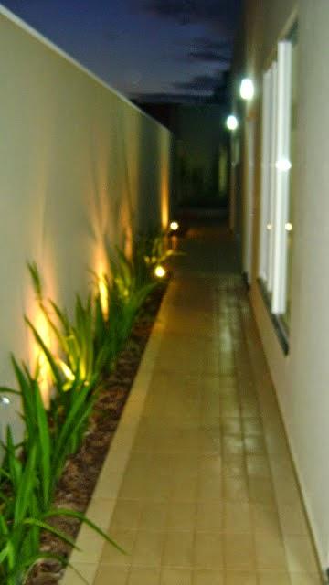 fazer iluminacao jardim:Construindo Minha Casa Clean: Jardins Externos Pequenos em Corredores!