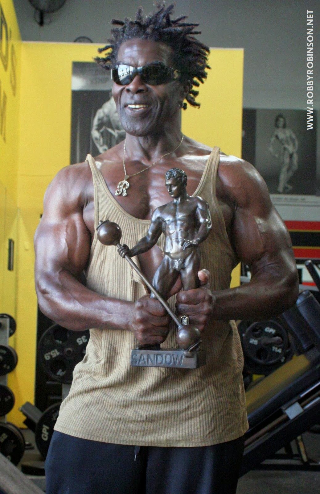 ROBBY ROBINSON WITH SANDOW TROPHY WINNING FIRST MR OLYMPIA MASTERS 1994 WORKOUT & POSING AT GOLD'S, CA 2008 ● www.robbyrobinson.net/books.php ●