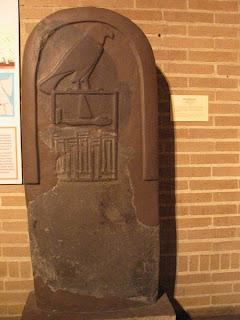 Faraón Qaa de la primera dinastía de Egipto en una estela