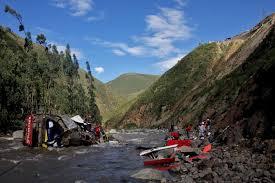 33 maut di Lima peru,bas terhumban ke sungai