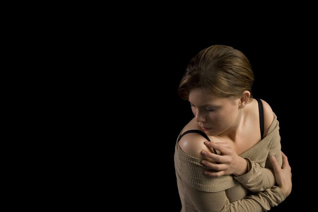 kobieta cierpiąca na brak pewności siebie