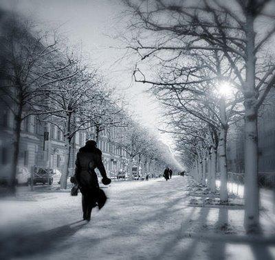 اقوال الحكماء عن الحب - امرأة تشمى فى الشارع - مسافرة - woman walking on street