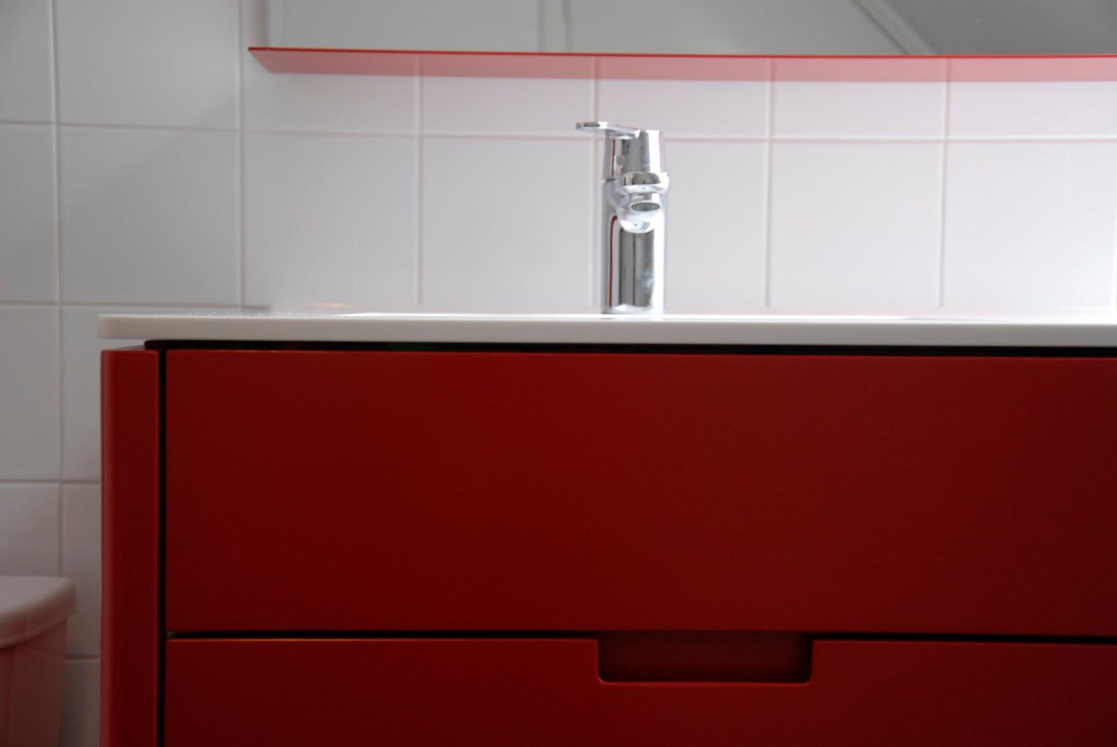 Badkamermeubel met hoekkastje en plankje.