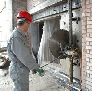 Алмазная резка технологического проема в бетонной стене при помощи стенорезной машины