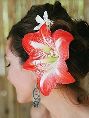 Dulha dulhan perk up your style with hair flowers there was a time when flowers in hair were only allowed and acceptable in events like weddings and mehndi but today pakistan and especially fashion in mightylinksfo