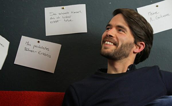 Sebastian (November Me) vor der Zettel-Wand im Give Me A Stage-Interview. Foto: Johannes Fichtner