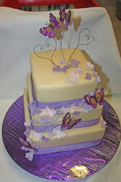 Hochzeitstorte mit lila Schmetterlingen und viel Marzipan