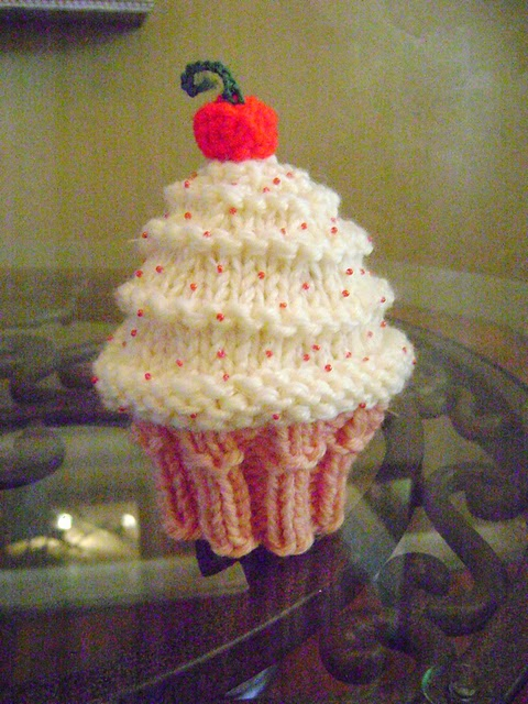 Free Doll Knitting Patterns Download : Neeleys Knits: Free Very Vanilla Cupcake Hat Pattern