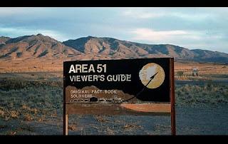 A misteriosa Área 51 sempre esteve presente na cultura popular ao longo de muitas décadas. Tanto que o tema é frequente em minisséries (como Arquivo-X) e no cinema (como em Men in Black). Apesar dos fortes rumores e inúmeras teorias da conspiração, levou muito tempo para que algum órgão do governo dos EUA confirmasse a existência dessa base militar ultrassecreta. A CIA, em 2013, admitiu que o local existiu e documentos sobre a Área 51 foram finalmente liberados. Agora, foi a vez da NASA, a Agência Espacial Norte-americana, afirmar a existência da base, onde teriam ocorrido experimentos com corpos e tecnologias extraterrestres.