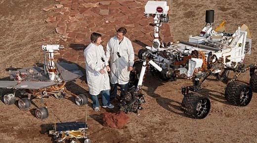 """Fotografía muestra a humano """"No Terrestre"""" realizando mantenimiento al rover Curiosity de la NASA en Marte"""