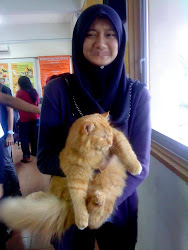 yehaaaaaa first time pegang kucing :D