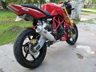 Modifikasi Bajaj Pulsar Ala Ducati Monster_a.jpg
