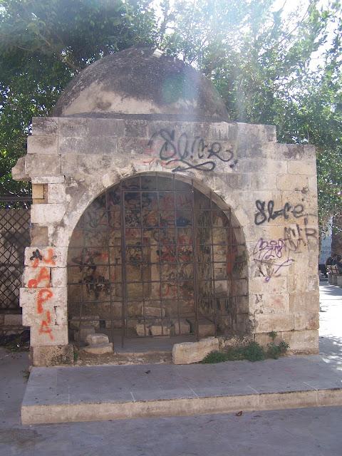Neratzes Camisi'nin arkasındaki yalnız türbe; Resmo