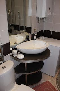 установленная в ванной комнате накладная раковина